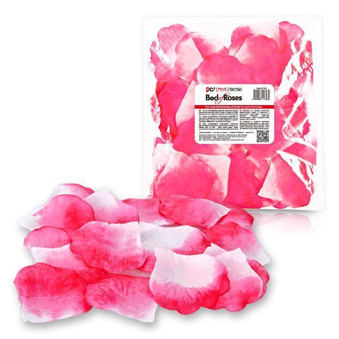 Бело-розовые лепестки роз Bed of Roses-13919