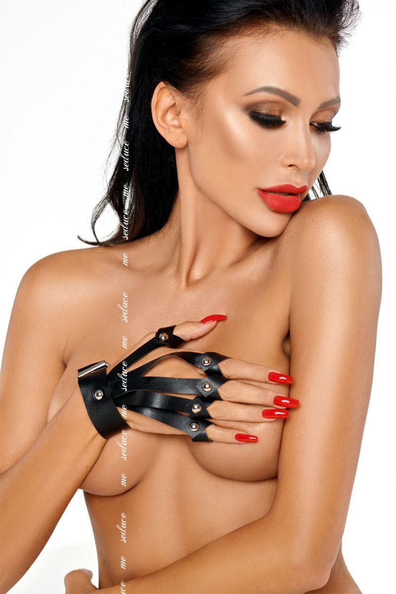 Эффектная перчатка на руку с прорезями и клёпками