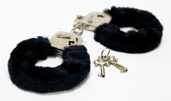 Меховые черные наручники с ключами-728