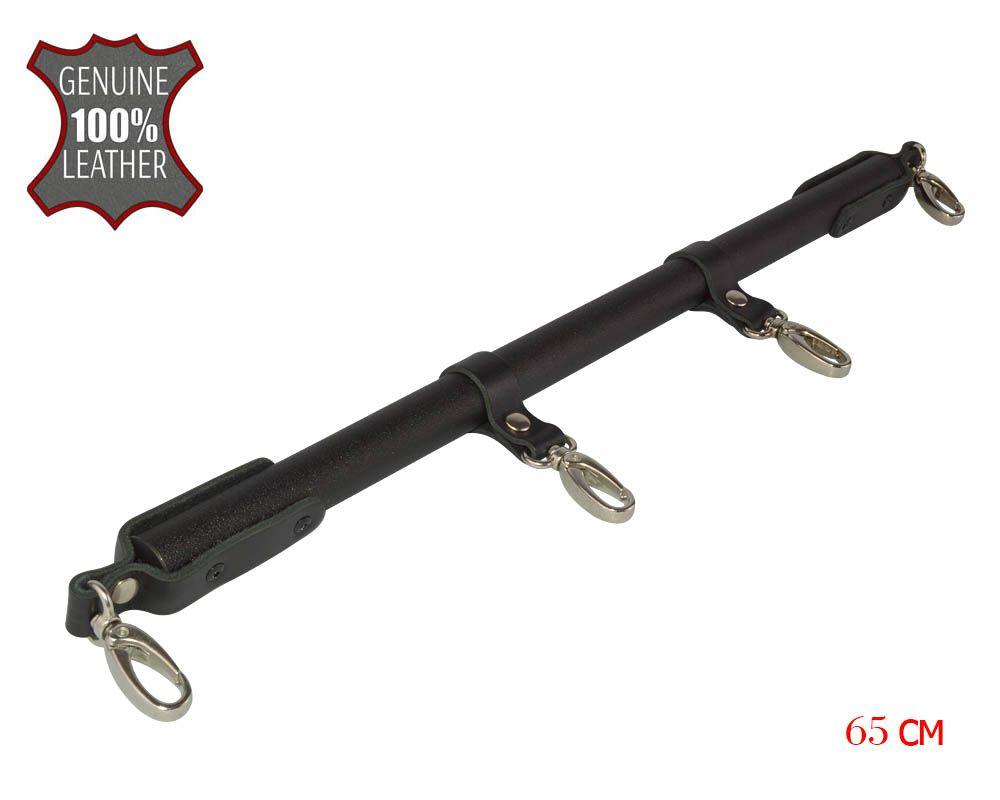 Черная металлическая распорка с кожаными ремешками и карабинами - 65 см.